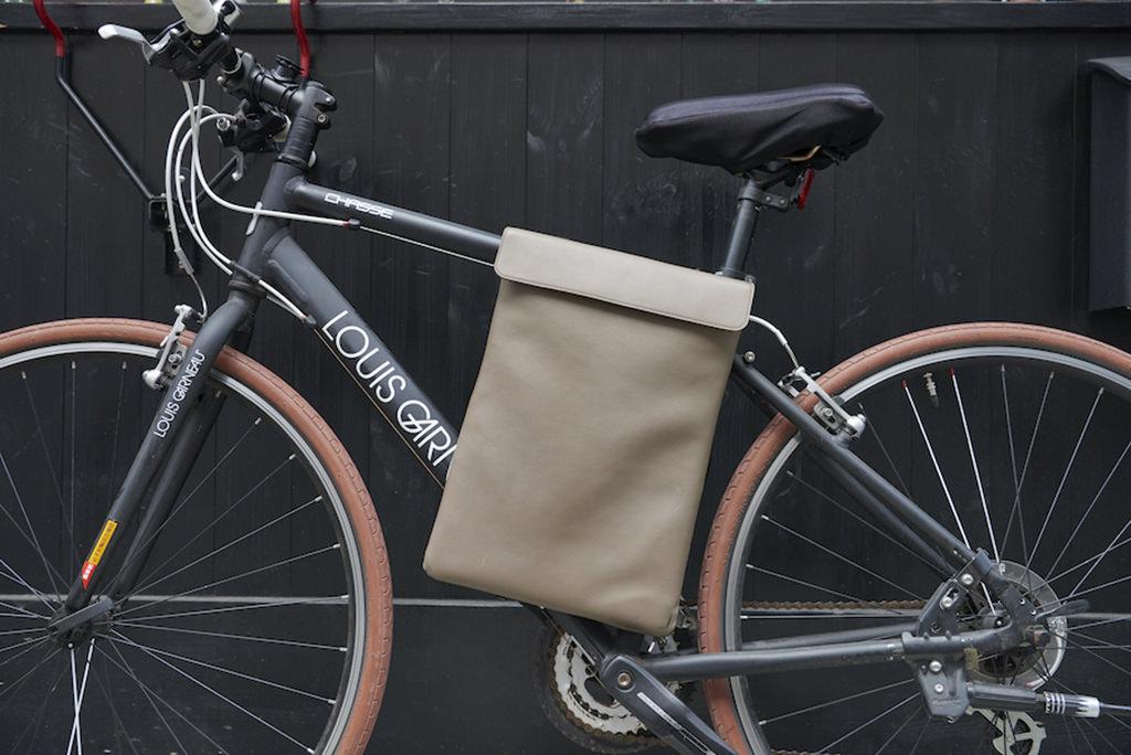 MOB 防水本牛革の自転車用PCバッグ
